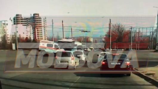 VIDEO EXCLUSIV! Momentul în care un autobuz de linie tamponează o AMBULANȚĂ.