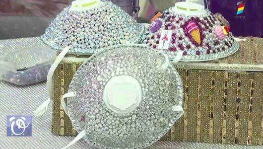 O tânără creează măști de protecție încrustate cu cristale