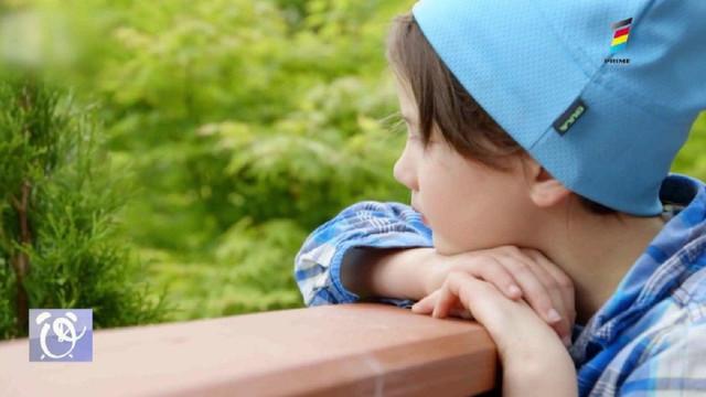 Povestea neobișnuită a unei prietenii dintre o fetiță de opt ani și mai multe ciori