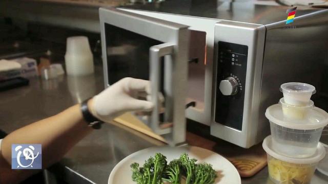 Top alimente pe care nu trebuie să le încălzești niciodată în cuptorul cu microunde