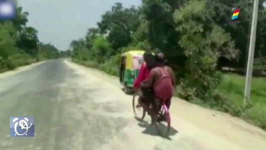 O fetiță de 15 ani și-a salvat tatăl rănit după ce l-a cărat 1.200 de km cu bicicleta