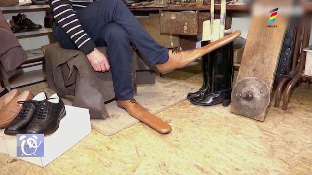 Un meșter a confecționat pantofi speciali pentru cei care nu mențin distanța socială