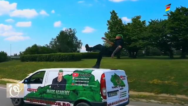 Un iluzionist din Bulgaria a făcut imposibilul POSIBIL și a planat pe acoperișul unei mașini care se afla în mișcare