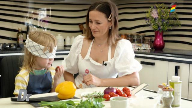 Povestea unei mame care își educă și învață copiii să facă treabă în bucătărie