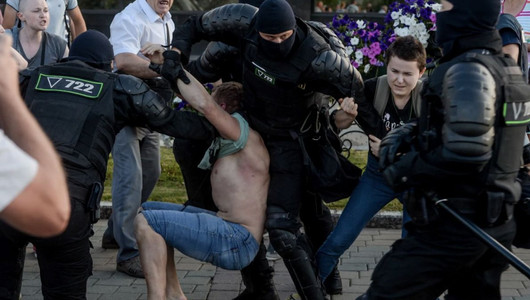 A doua zi de proteste violente la Minsk. Mii de oameni au ieșit în stradă invocând fraudarea alegerilor de duminică