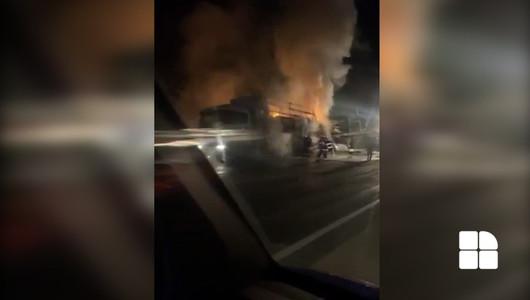 Un tir încărcat cu 22 de tone de peliculă a luat foc în timp ce se deplasa pe o stradă din Capitală