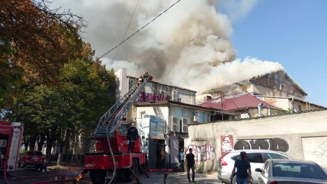 """Incendiu de proporții la Filarmonica Națională """"Serghei Lunchevici"""". Focul a distrus tavanul sălii de spectacole și acoperișul unui local din vecinătate"""