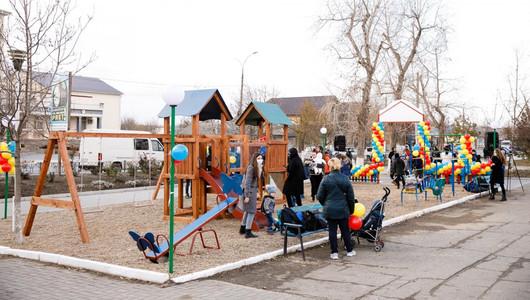 Un nou teren de joacă, amenajat la Căușeni la inițiativa lui Grigore Repeșciuc, deputat al Platformei