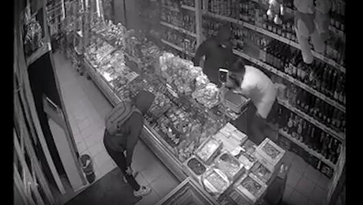 Atac tâlhăresc într-un magazin din Bălți. Vânzătoarea, agresată și amenințată cu un cuțit de doi tineri