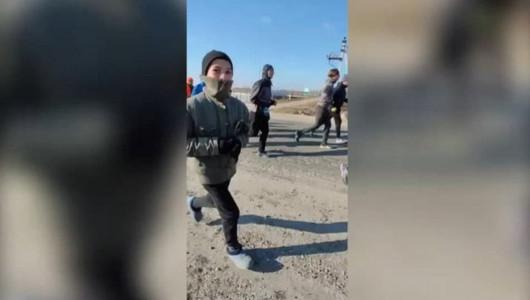 Mobilizare pentru adolescentul care a alergat în galoși. Organizatorii maratonului au lansat o campanie de colectare a banilor pentru a-i cumpăra o casă