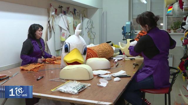Află povestea unei femei care confecționează mascote uriașe