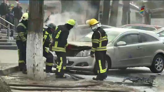 Torță pe patru roți în Capitală! O mașină a luat foc din senin în parcarea unui magazin