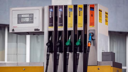 Motorina se scumpește, iar benzina se ieftinește. Noile prețuri-plafon, anunțate de ANRE