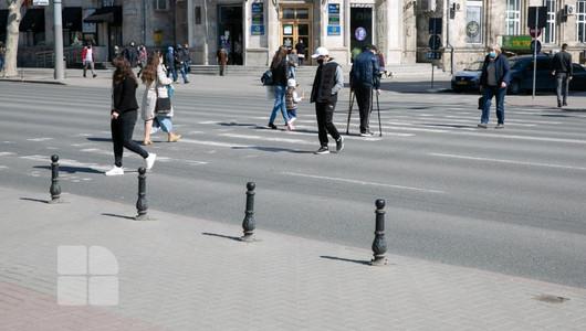 Lipsa marcajelor rutiere în Capitală, pericol pentru șoferi și pentru pietoni. Autoritățile nici în acest an nu știu când va fi aplicată vopseaua