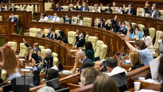 Peștele de la cap se strică. Depuații moldoveni, nevaccinați și fără mască la ședința Parlamentului