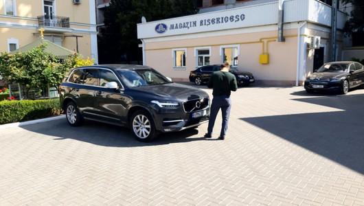Boliduri, dăruite de enoriași, în numele Domnului! Automobile de lux, de zeci de mii de euro, surprinse în parcarea Mitropoliei Moldovei