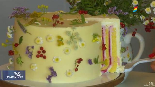 Vezi cum poți să decorezi tortul cu flori naturale
