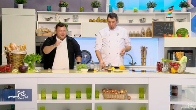 Rețeta de la Prima Oră: Salată cu prune coapte la cuptor și cașcaval camembert