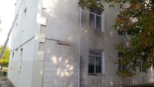Incendiu la căminul unui liceu din Capitală! Focul a izbucnit într-o odaie și exista pericolul să se extindă